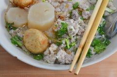 Λεπτό νουντλς με το χοιρινό κρέας μπριζολών στη σούπα Στοκ Εικόνα