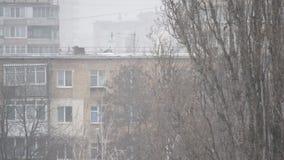 Λεπτό χιόνι που αφορά το υπόβαθρο των πολυκατοικιών απόθεμα βίντεο