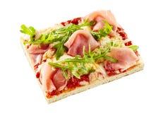 Λεπτό arugula κρουστών και ιταλική πίτσα ζαμπόν Στοκ εικόνες με δικαίωμα ελεύθερης χρήσης