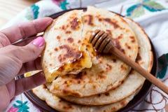 Λεπτό pita με το μέλι διαθέσιμο Στοκ Εικόνα