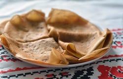 Λεπτύντε τις διπλωμένες τηγανίτες στην παραδοσιακή ουκρανική πετσέτα Στοκ Φωτογραφία