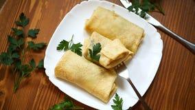 Λεπτύντε τις τηγανισμένες τηγανίτες που γεμίζονται με το μαγειρευμένο λάχανο φιλμ μικρού μήκους