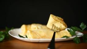 Λεπτύντε τις τηγανισμένες τηγανίτες που γεμίζονται με το μαγειρευμένο λάχανο απόθεμα βίντεο