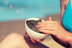 Λερώνοντας μάσκα λάσπης γυναικών Στοκ φωτογραφία με δικαίωμα ελεύθερης χρήσης