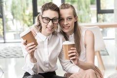 Λεσβιακός καφές κατανάλωσης ζευγών πορτρέτου από κοινού Στοκ Φωτογραφίες