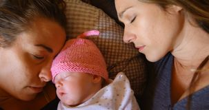 Λεσβιακός ύπνος ζευγών με το αγοράκι τους στο σπίτι 4k απόθεμα βίντεο