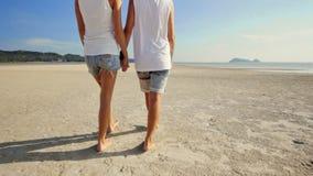 Λεσβιακό ζεύγος που περπατά στην παραλία φιλμ μικρού μήκους