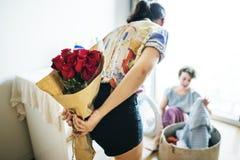 Λεσβιακό να εκπλήξει τρόπου ζωής ζευγών με την ανθοδέσμη στοκ φωτογραφία με δικαίωμα ελεύθερης χρήσης