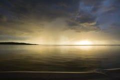 Λετονία Ηλιοβασίλεμα στον ποταμό Αλλαγή στον καιρό Στοιχειώδες binge Στοκ φωτογραφία με δικαίωμα ελεύθερης χρήσης
