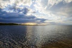 Λετονία Ηλιοβασίλεμα στον ποταμό Αλλαγή στον καιρό Στοιχειώδες binge Στοκ Φωτογραφία