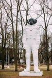 Λετονία Ρήγα Άγαλμα πιθήκων σε μια φόρμα αστροναύτη στο πάρκο Kronvalda ST Στοκ φωτογραφία με δικαίωμα ελεύθερης χρήσης