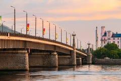 Λετονία Ρήγα Κλίσεις Akmens - πέτρινη οδός γεφυρών στο ηλιοβασίλεμα, ανατολή Στοκ Φωτογραφία
