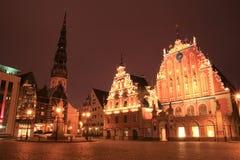 Λετονία Ρήγα Σπίτι των σπυρακιών και του καθεδρικού ναού στην παλαιά πόλη της Ρήγας, Λετονία Πλατεία της πόλης τη νύχτα Στοκ φωτογραφίες με δικαίωμα ελεύθερης χρήσης