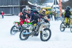 Λετονία, Raiskums, χειμερινό μοτοκρός, Skioring, οδηγοί με τη μηχανή Στοκ φωτογραφία με δικαίωμα ελεύθερης χρήσης