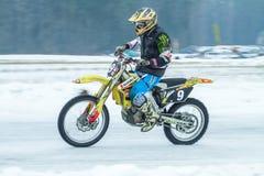 Λετονία, Raiskums, χειμερινό μοτοκρός, Skioring, οδηγοί με τη μηχανή Στοκ Εικόνα