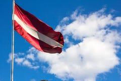 Λετονική σημαία που φυσά στο αεράκι Στοκ φωτογραφία με δικαίωμα ελεύθερης χρήσης