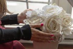 Λευκά τριαντάφυλλα και κορίτσι στοκ φωτογραφία με δικαίωμα ελεύθερης χρήσης