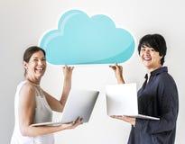 Λευκές γυναίκες που χρησιμοποιούν το δίκτυο σύννεφων υπολογιστών Στοκ φωτογραφίες με δικαίωμα ελεύθερης χρήσης