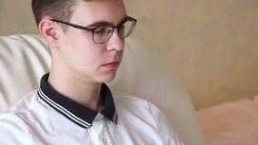λευκές νεολαίες ατόμων ανασκόπησης απομονωμένες γυαλιά απόθεμα βίντεο