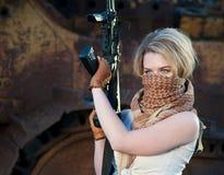 Λευκή γυναίκα με ένα πυροβόλο όπλο Στοκ φωτογραφία με δικαίωμα ελεύθερης χρήσης