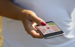 λευκή γυναίκα που χρησιμοποιεί το ΠΣΤ στο τηλέφωνο Στοκ φωτογραφία με δικαίωμα ελεύθερης χρήσης