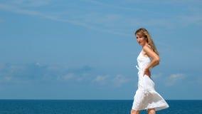 λευκή γυναίκα φορεμάτων Στοκ εικόνα με δικαίωμα ελεύθερης χρήσης