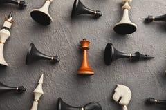 Λευκιά βασίλισσα που βρίσκεται μεταξύ άλλου σκακιού στοκ φωτογραφία με δικαίωμα ελεύθερης χρήσης