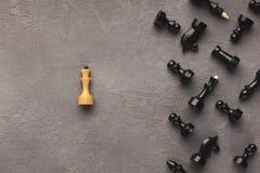 Λευκιά βασίλισσα που βρίσκεται χωριστά στο μαύρο σκάκι Στοκ φωτογραφίες με δικαίωμα ελεύθερης χρήσης