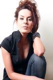 Λευκιά γυναίκα μόδας, καφετιοί όμορφοι μακρυμάλλης και μάτια στη μαύρη φανέλλα, τζιν παντελόνι Στοκ Φωτογραφίες