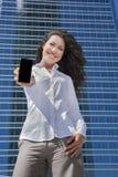 Λευκιά επιχειρηματίας πουκάμισων που παρουσιάζει κινητή οθόνη Στοκ φωτογραφία με δικαίωμα ελεύθερης χρήσης