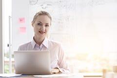 Λευκιά επιχειρησιακή γυναίκα στο άσπρο επιχειρησιακό γραφείο πορτρέτου στοκ εικόνα με δικαίωμα ελεύθερης χρήσης