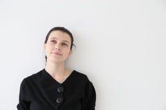 Λευκιά ευτυχής γυναίκα Brunette: Να ονειρευτεί ομορφιά Στοκ Εικόνες