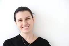 Λευκιά ευτυχής γυναίκα Brunette: Πορτρέτο ομορφιάς Στοκ φωτογραφία με δικαίωμα ελεύθερης χρήσης