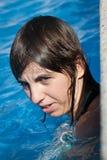 Λευκιά νέα γυναίκα στη λίμνη στοκ φωτογραφία