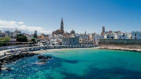 Λευκιά πόλη κοντά στο μπλε το μπλε ακτών Monopoli Apulia θάλασσας στον κηφήνα 360 της Ιταλίας vr Στοκ Φωτογραφία