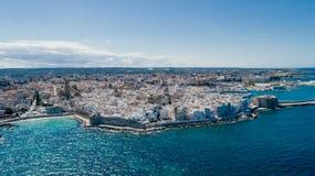 Λευκιά πόλη κοντά στο μπλε το μπλε ακτών Monopoli Apulia θάλασσας στον κηφήνα 360 της Ιταλίας vr Στοκ φωτογραφίες με δικαίωμα ελεύθερης χρήσης