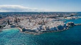 Λευκιά πόλη κοντά στο μπλε το μπλε ακτών Monopoli Apulia θάλασσας στον κηφήνα 360 της Ιταλίας vr Στοκ Εικόνες