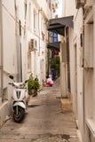 Λευκοί Οίκοι στο ελληνικό ύφος Οι στενές οδοί Bodrum Εγχώριοι κάτοικοι Στοκ Εικόνα