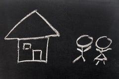 Λευκοί σπίτι και άνθρωποι σχεδίων χεριών κιμωλίας τόσο όπως αρσενικό, θηλυκό στοκ φωτογραφία