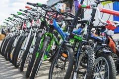 Λευκορωσία, Μινσκ - 12 Απριλίου 2017: Η αγορά των ποδηλάτων Πολλά φτηνά ποδήλατα Στοκ Φωτογραφία