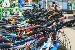 Λευκορωσία, Μινσκ - 12 Απριλίου 2017: Η αγορά των ποδηλάτων Πολλά φτηνά ποδήλατα Στοκ φωτογραφίες με δικαίωμα ελεύθερης χρήσης