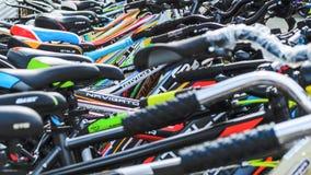 Λευκορωσία, Μινσκ - 12 Απριλίου 2017: Η αγορά των ποδηλάτων Πολλά φτηνά ποδήλατα Στοκ φωτογραφία με δικαίωμα ελεύθερης χρήσης