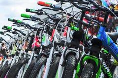 Λευκορωσία, Μινσκ - 12 Απριλίου 2017: Η αγορά των ποδηλάτων Πολλά φτηνά ποδήλατα Στοκ Εικόνες