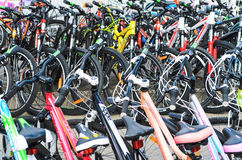 Λευκορωσία, Μινσκ - 12 Απριλίου 2017: Η αγορά των ποδηλάτων Πολλά φτηνά ποδήλατα Στοκ Φωτογραφίες