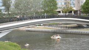 Λευκορωσία, Μινσκ, στις 21 Μαΐου 2017 Οι άνθρωποι περπατούν στη γέφυρα tho απόθεμα βίντεο