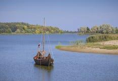 Λευκορωσία, Nesvizh: ένα αρχαίο κάστρο σε μια ομαλή επιφάνεια νερού Στοκ Φωτογραφίες
