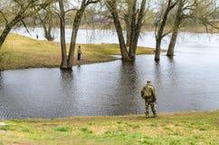 Λευκορωσία, Orsha - 11 Απριλίου 2017: Fishermens στην όχθη ποταμού Στοκ Φωτογραφία