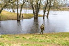 Λευκορωσία, Orsha - 11 Απριλίου 2017: Fishermens στην όχθη ποταμού Στοκ εικόνες με δικαίωμα ελεύθερης χρήσης