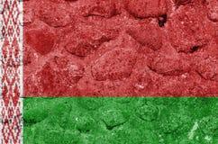 Λευκορωσική σημαία σε έναν τοίχο πετρών ελεύθερη απεικόνιση δικαιώματος
