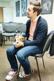 Λευκορωσικός δημοσιογράφος της Sasha Filipenko που υπογράφει το βιβλίο του στοκ φωτογραφία